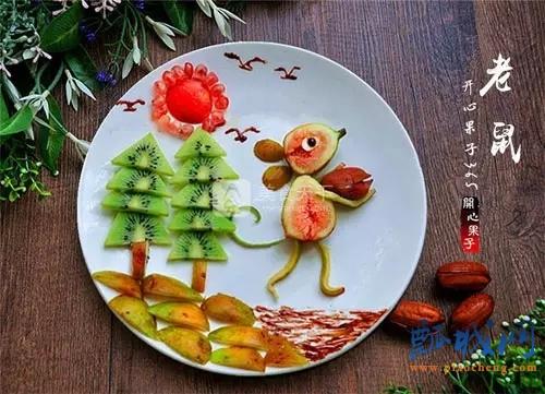 、把奇异果切成三角形做松树,无花果做地面,苹果和石榴籽做太阳,