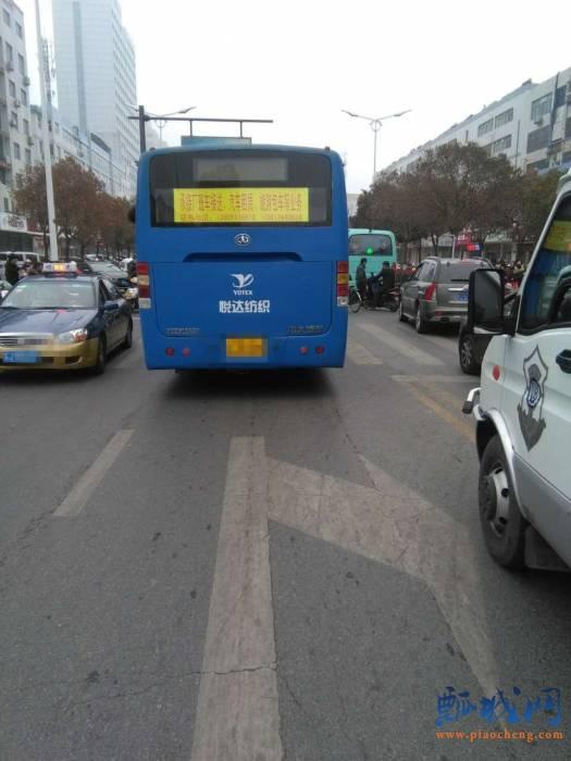 大庆路的公交车与电动车相撞